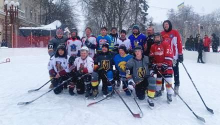 В Тернополе под открытым небом звездный хоккеист провел тренировку для любителей