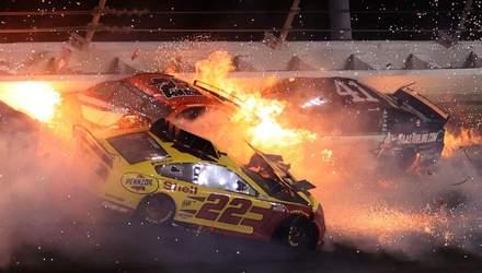 Зіткнення 16 машин та вогняна пастка: масова аварія у першій гонці сезону NASCAR – відео