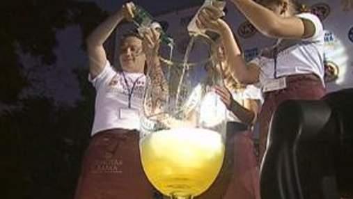 В Крыму создали самый большой бокал, его наполнили игристым вином