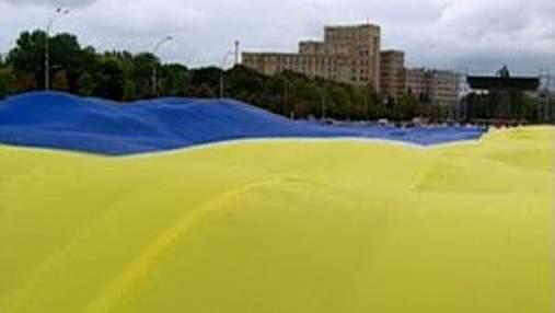 Харьков: на самой большой площади развернули самый большой флаг