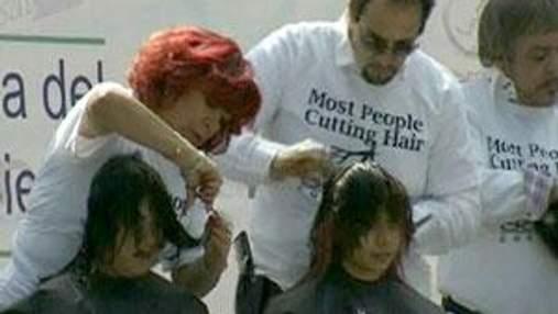 В Мехико более 1600 парикмахеров работали над стрижками одновременно