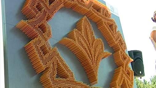 В Киеве установили рекордную скульптуру лилии из 8 тысяч карандашей