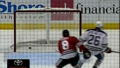 NHL. Патрик Кейн забил автогол с чужой половины площадки
