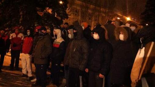 """Ультрас """"Шахтаря"""" охороняє донецький Євромайдан (Відео)"""