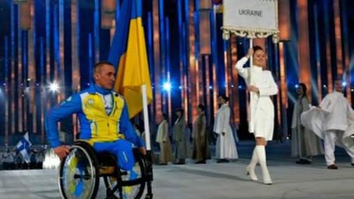 Украинские паралимпийцы закрывают медали рукой во время награждения в знак протеста