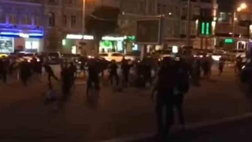 Футбольные фанаты устроили массовую драку в Киеве: появилось видео столкновений