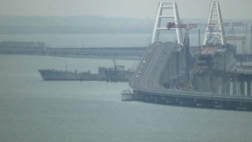 Появилось видео, как корабли ВМС Украины проходят под Крымским мостом