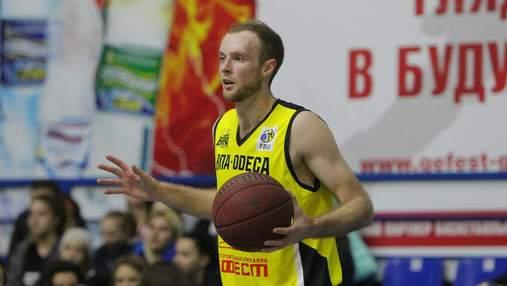 Украинского баскетболиста забрали в больницу прямо во время матча