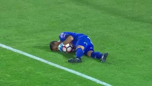 Фанати закидали поле петардами, поранивши воротаря суперників: відео