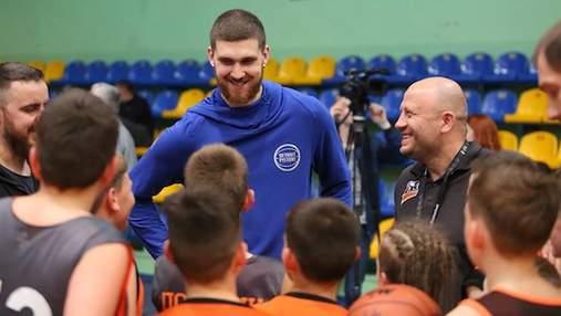 Игрок НБА Святослав Михайлюк встретился с юными баскетболистами в Черкассах: фото и видео