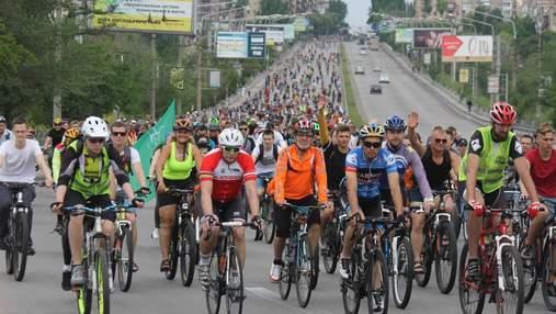 В Запорожье тысячи велосипедистов проехали по улицам города: яркие фото