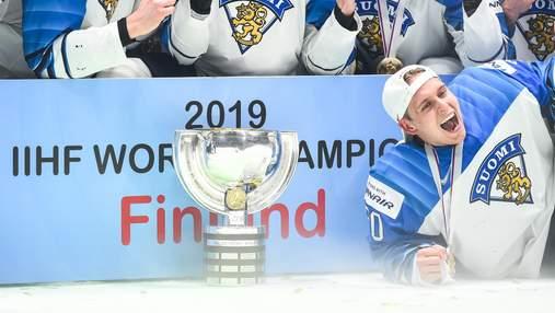Хокеїсти збірної Фінляндії пошкодили кубок чемпіонів світу: фото