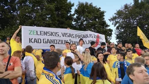 Українські вболівальники на матчі у Литві розгорнули банер до Зеленського: фото