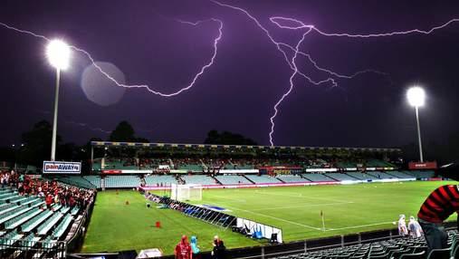 Молния ударила в футболистов прямо во время матча на Ямайке: видео
