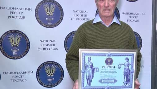 Пенсионер-рекордсмен: 80-летний дедушка 12 часов подряд читал наизусть стихи