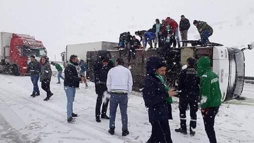У Туреччині перекинувся автобус з фанатами клубу, за який грає українець Селезньов – фото