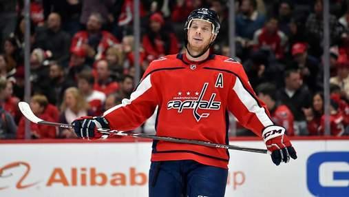 Хоккеист попал шайбой в фотографа во время матча НХЛ: видео