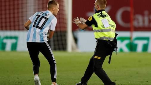 Откуда он взялся? Ла Лига подаст в суд на фаната, который выбежал на поле для фото с Месси–видео