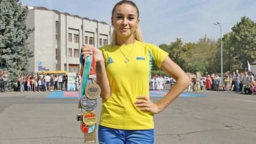 Каратистка Терлюга збила рулон паперу з голови чемпіона Беленюка: відео
