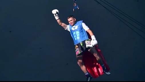 Как Денис Беринчик эффектно спустился на ринг в образе супергероя перед чемпионским боем: видео