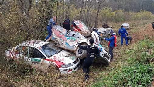 Відразу шість авто карколомно вилетіли в один кювет на ралі в Росії: відео