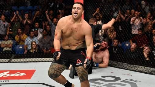 Боец UFC отпраздновал победу, выпив пиво со слюнями из ботинка: видео