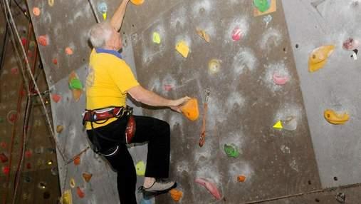 Возраст – не помеха: 80-летний украинец установил рекорд в скалолазании – видео