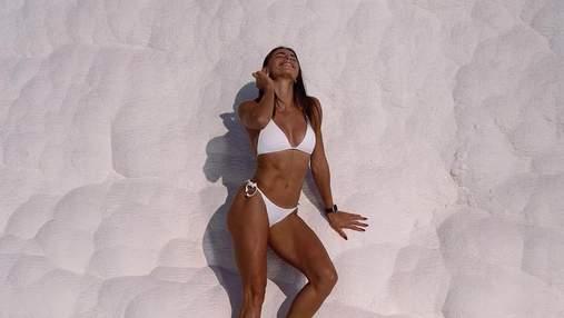 Марина Бех-Романчук очаровала фотографией в белом бикини на фоне травертинов
