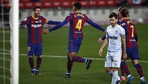 Валенсия сыграла в боевую ничью с Барселоной: рекорд Месси и космический гол Араухо – видео