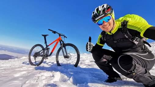 Украинец поднялся на Говерлу зимой на велосипеде: потрясающие фото