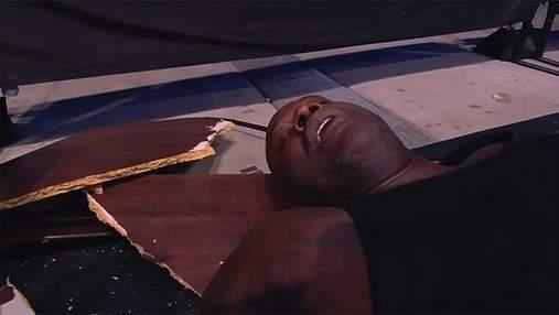 Шакила О'Нила госпитализировали после реслинг-шоу: он выпал из ринга и сломал собой стол – видео