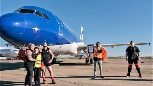 2 женщины протянули 48-тонный пассажирский самолет за рекордное время: впечатляющее видео