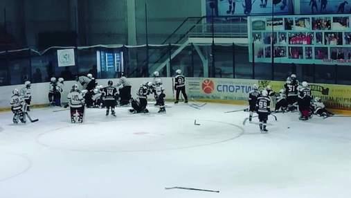 У Росії 10-річні хокеїсти влаштували масову бійку: відео