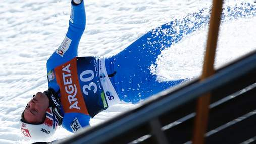Норвежский прыгун с трамплина упал на скорости 100 км/ч: видео жуткого инцидента