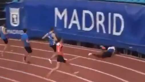 Не встиг загальмувати: спринтер виграв забіг і провалився під трибуни – відео