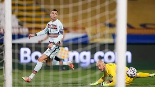 Роналду со скандалом покинул поле и выбросил повязку капитана из-за незасчитанного гола: видео