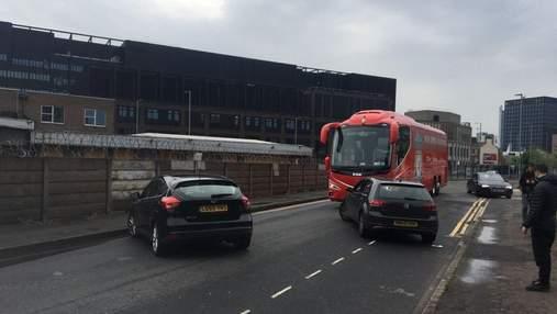Автобус Ливерпуля заблокировали возле стадиона: команда Клоппа отомстила фанатам МЮ