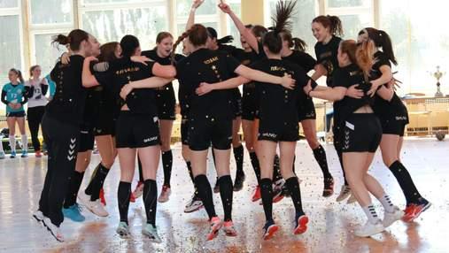 Гандболистки Галичанки отпраздновали победу в чемпионате зажигательным танцем после матча: видео