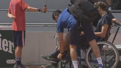Американського тенісиста відвезли на візку з корту на Ролан Гаррос: фото