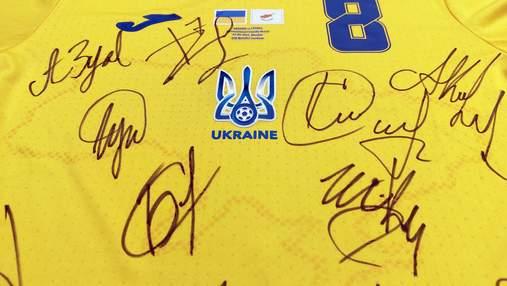 Футболку сборной Украины с автографами игроков выставили на аукцион для спасения малыша