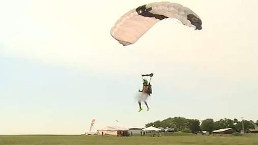 60 обнаженных прыжков с парашютом за 24 часа: американец установил мировой рекорд