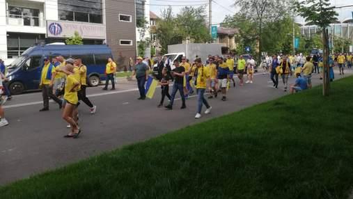 Фани України знову запалили в Бухаресті: організували величезну патріотичну колону – відео