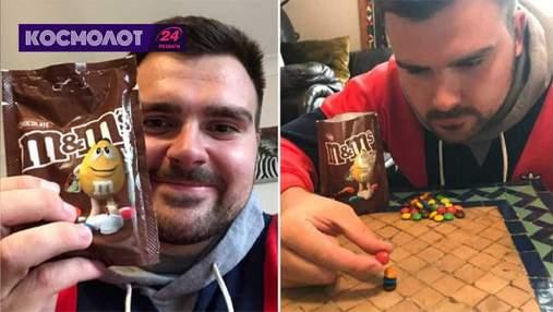 Британец сложил в столбик пять конфет M&M и установил мировой рекорд Гиннесса
