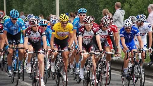 """Велосипедисты устроили протест на """"Тур де Франс"""" после массового падения"""