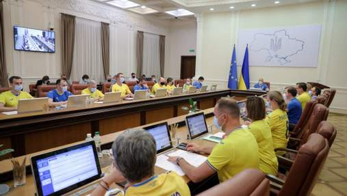 Объединяют всю страну, – Шмыгаль и министры пришли на заседание в форме сборной: фото, видео