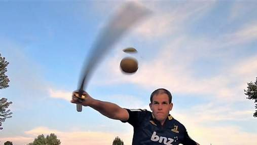 Мужчина разрезал 74 киви за минуту, стоя на фитболе: это его 200 рекорд Гиннеса – видео