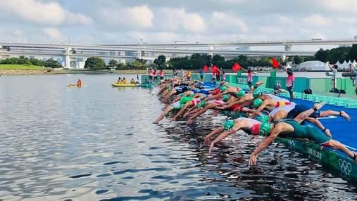 Телевизионная лодка едва не задавила участников Олимпиады по триатлону: видео скандала