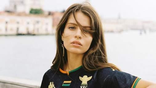 Спокусниця тижня: гарячі фото моделі, котра представила нову форму футбольного клубу Венеції