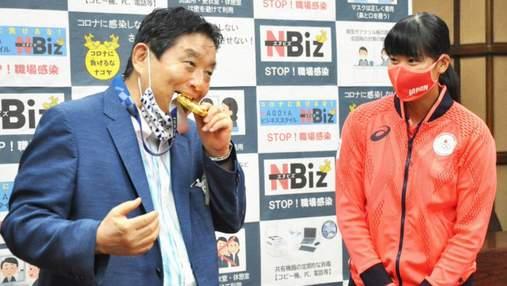 Мер японського міста надгриз медаль переможниці Олімпіади, її довелося замінити
