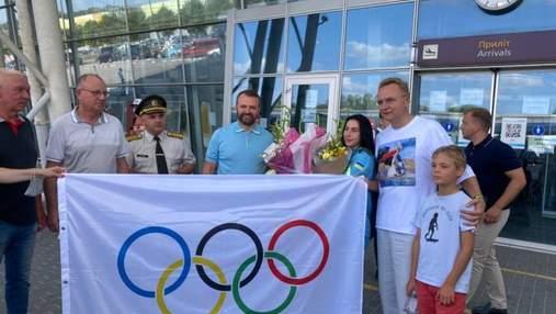 Оваціями та квітами: як у Львові зустрічали срібну призерку Олімпіади Олену Старікову